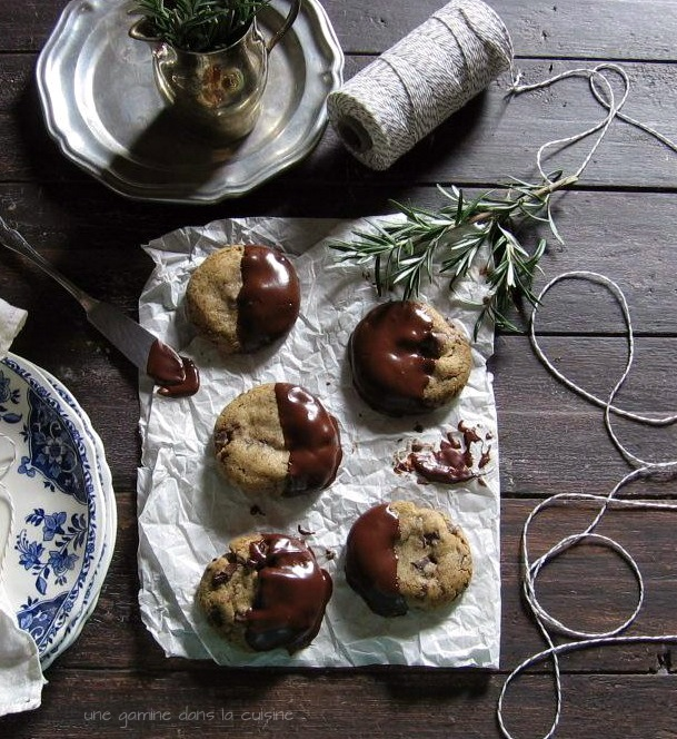 Rosemary, Hiddles & Honey Chocolate-Dipped Cookies | une gamine dans la cuisine