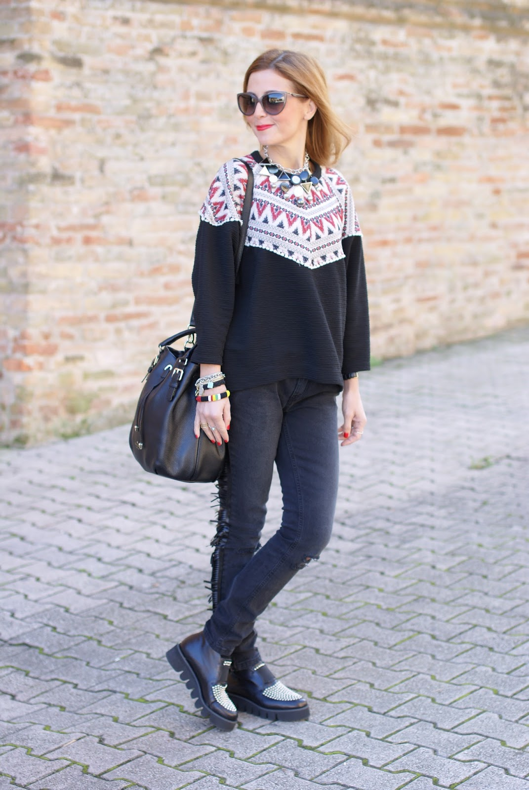 Fringed jeans and Pull & Bear ethnic sweatshirt, B&H shoes for an ethnic chic casual look on Fashion and Cookies fashion blog, fashion blogger style