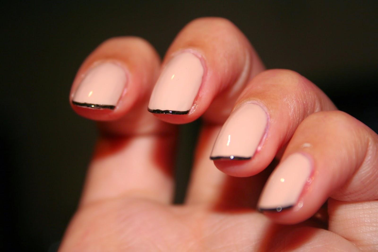 Come vedete ho optato per una base nude con una french nera sottilissima su  tutte le unghie realizzata con un pennellino molto sottile di uno smaltino