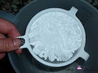 Tamizando el azúcar glass para el frosting