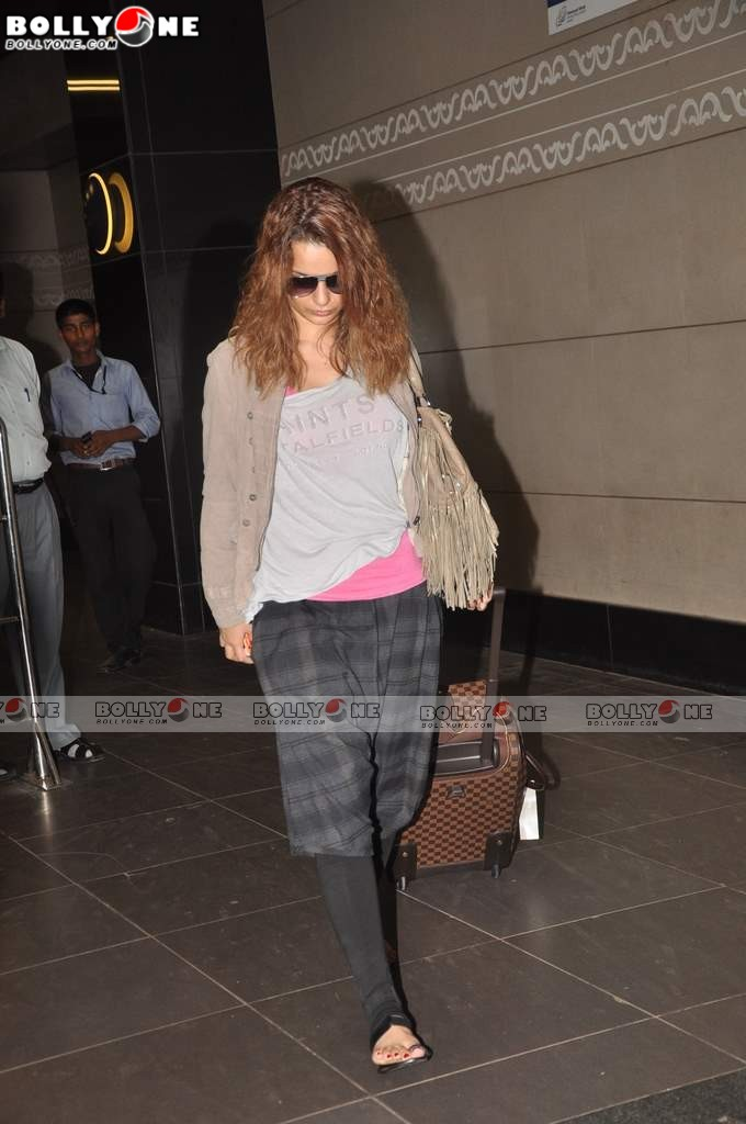 , Kangana Spotted At Mumbai Airport Leaving For Iifa