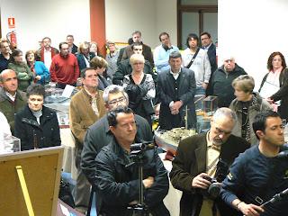 Un nombrós públic acudí a la inauguració de l'exposició a Sant Quirze del Vallès.
