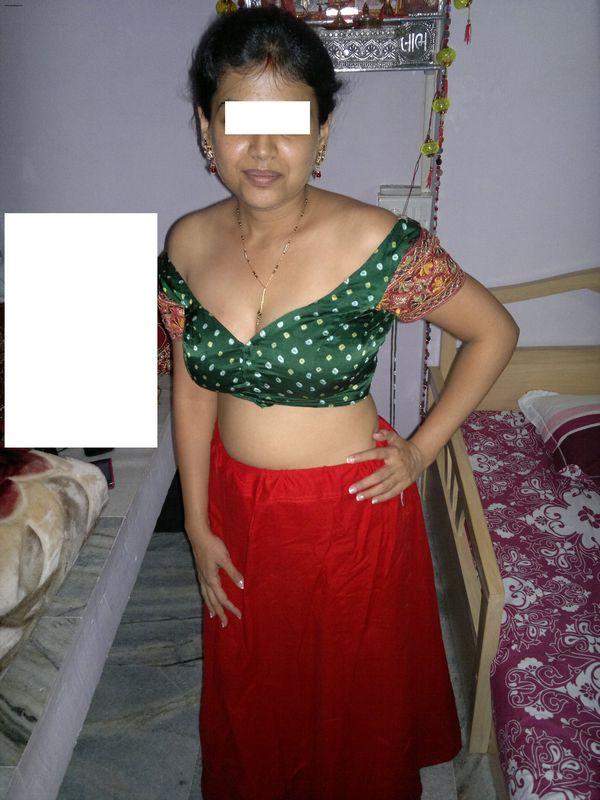 Marwari bhabhi stripping off saree showing awesome ...