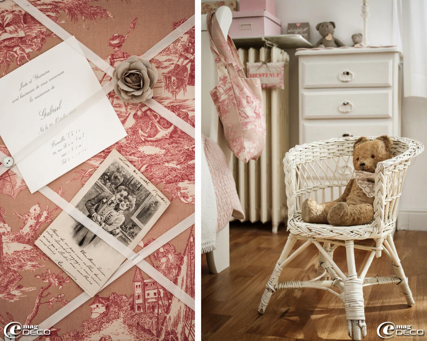 Pêle-mêle réalisé avec de la toile de Jouy et des rubans blancs agrémenté de boutons de nacre et d'une rose en tissu, 'Sur un air Gustavien'