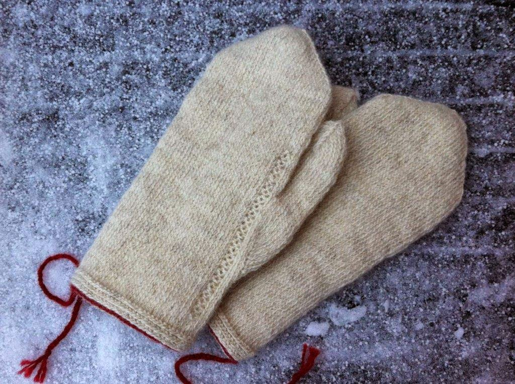 Plain Gloves Knitting Pattern : Lappone: Plain white mittens in twined knitting