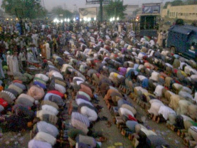 Photo Of The Day: Christians Guarding Muslims As They Say Their Friday Prayers. 1