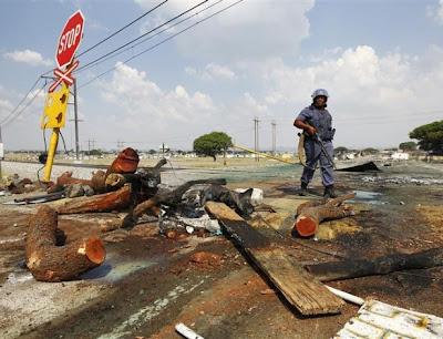Greve na mina de platina na RAS: Há dois moçambicanos entre as vítimas mortais