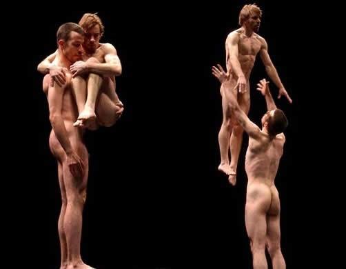3 hommes en talons aiguilles dansent sur du Beyonc
