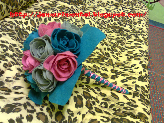 bunga tangan felt ros warna merah jambu, kelabu dan biru kain sekolah menengah