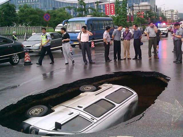 Sebuah minibus secara mendadak tertelan bumi ketika tengah berjalan.