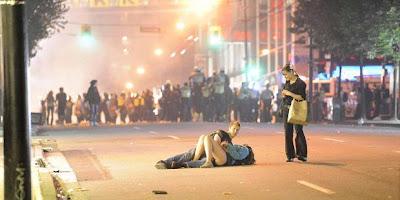 Sepasang anak muda membuat heboh,ketika foto mereka sedang berciuman di jalan di tengah kerusuhan di Vancouver, Kanada, beredar di internet