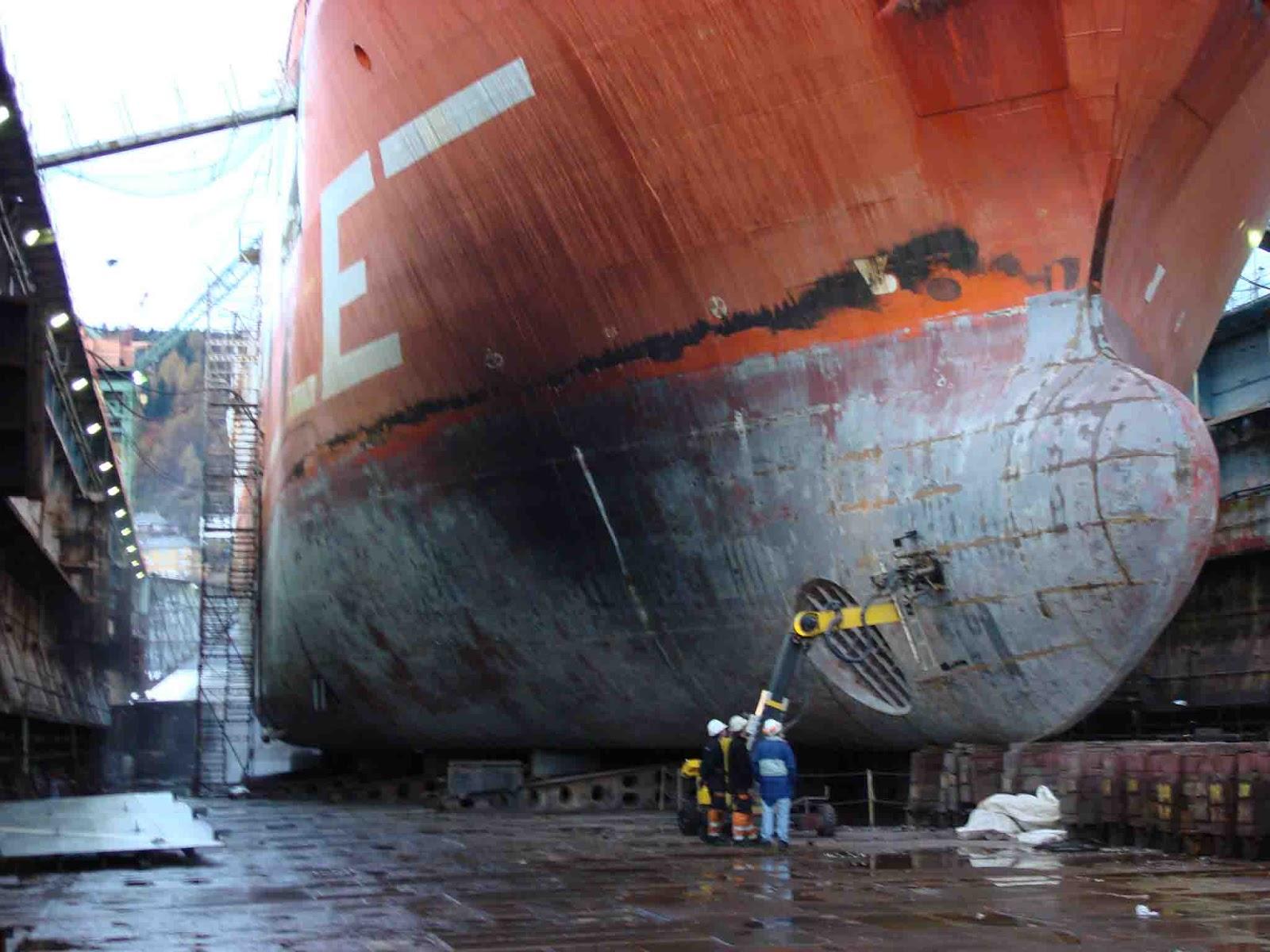 Hasil gambar untuk Pembersihan dan Pengecatan Badan Kapal