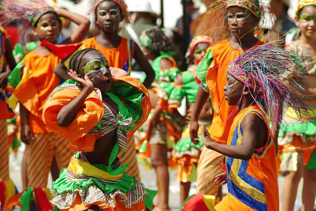 Pareja de niños bailando Mapalé al aire libre