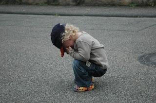 trauriges Kleinkind auf der Straße