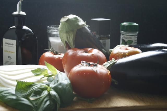 Milhojas de berenjena con queso y tomate