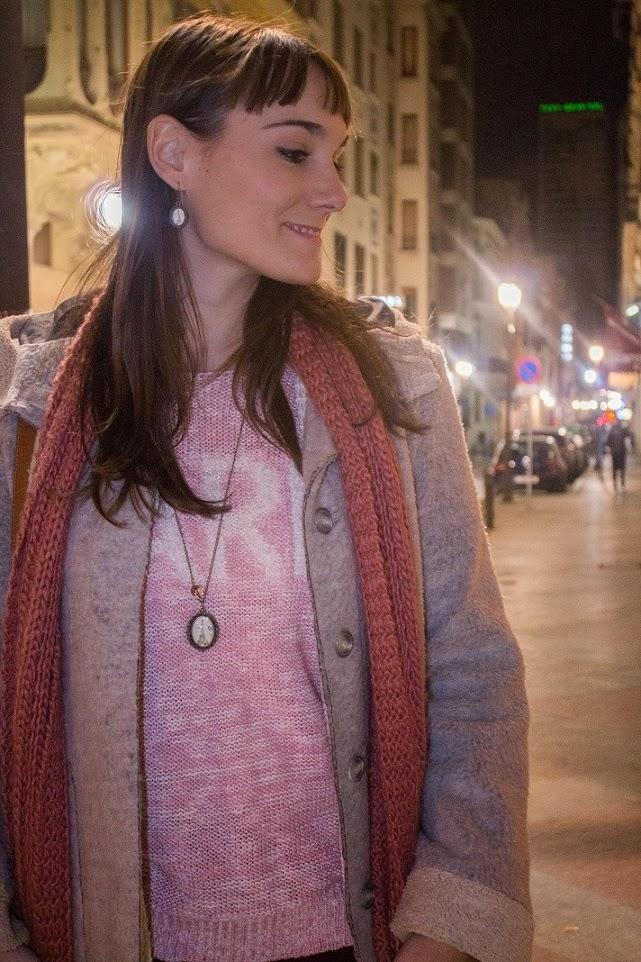 tendencias, vestir a capas, abrigos, bufanda, look otoño, alicante, blog moda, blog alicante, tonos rosas, color rosa, gris, botas, como combinar, borreguito, bySan, París,