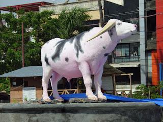 Patung Kerbau Frans Sarira