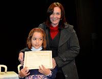 A diretora da Casa de Cultura, Regina Tavares, e a aluna Cecília Rocha, que recebeu menção honrosa