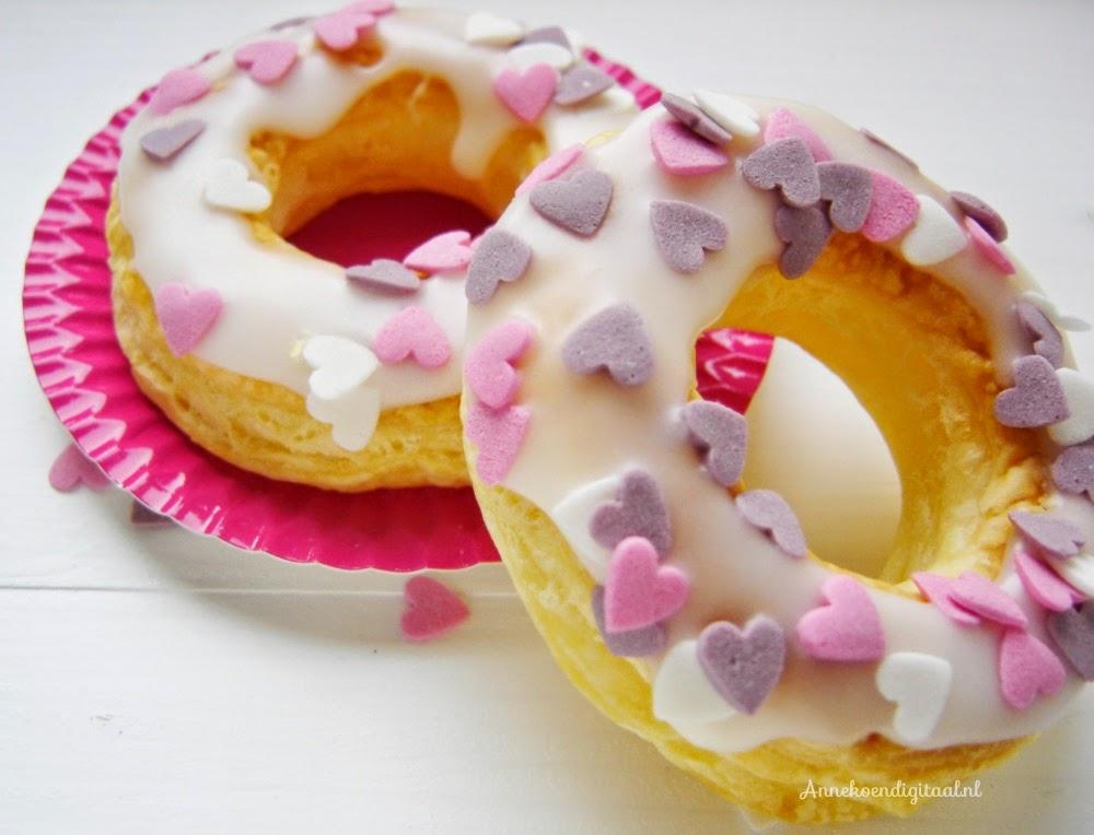 Valentijn cronuts, valentijn donuts, valentijn traktatie, valentijn recept, valentijn koekjes, valentijn lekkers, hartjes voor valentijn, suikergoed valentijn, recept voor valentijn