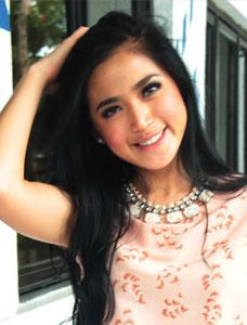 Terlihat foto Jessika Iskandar diatas dengan mengenakan baju yang ...