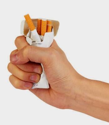 O dispositivo em uma orelha com a bateria para deixar de fumar