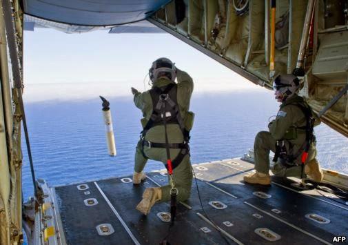 Anggota Angkatan Udara Australia meluncurkan pelampung penanda data lokasi dari pesawat Hercules C-130J di atas Samudera Hindia (AFP)