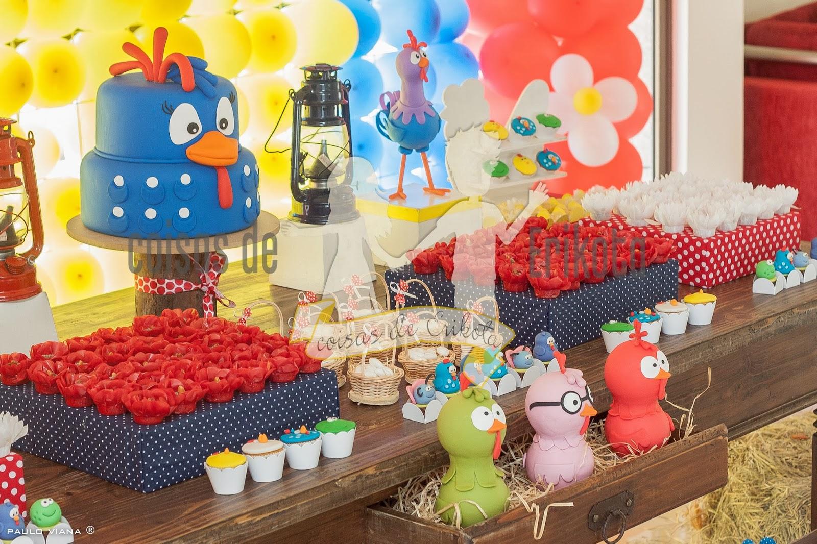 Mesas com painel da Galinha e ornamentação com balões  Cristina da #BCA40F 1600x1066
