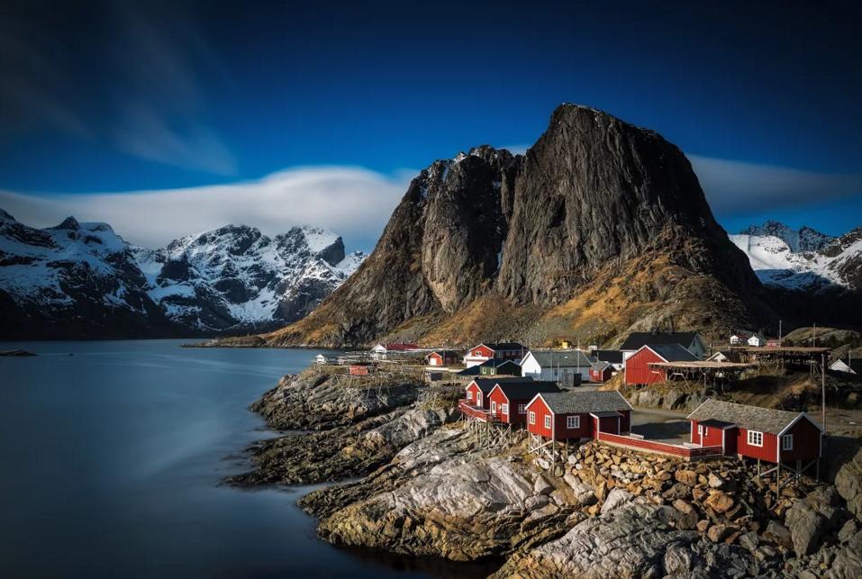 Göl kenarında kayalıklar üzerinde kurulu köy.