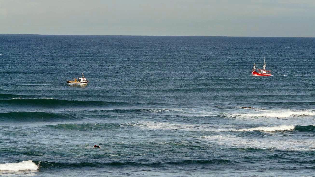 pesqueros y surfistas