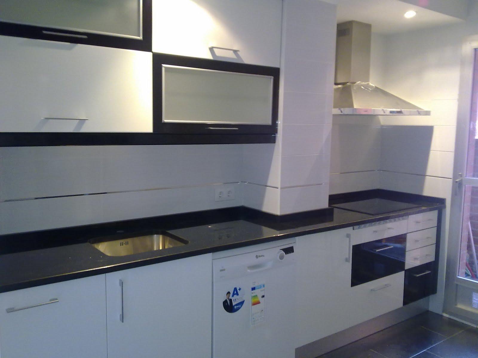 Laminado alto brillo 2011 1 a 5 cocinas ayz eurolar madrid for Cocina blanca encimera negra