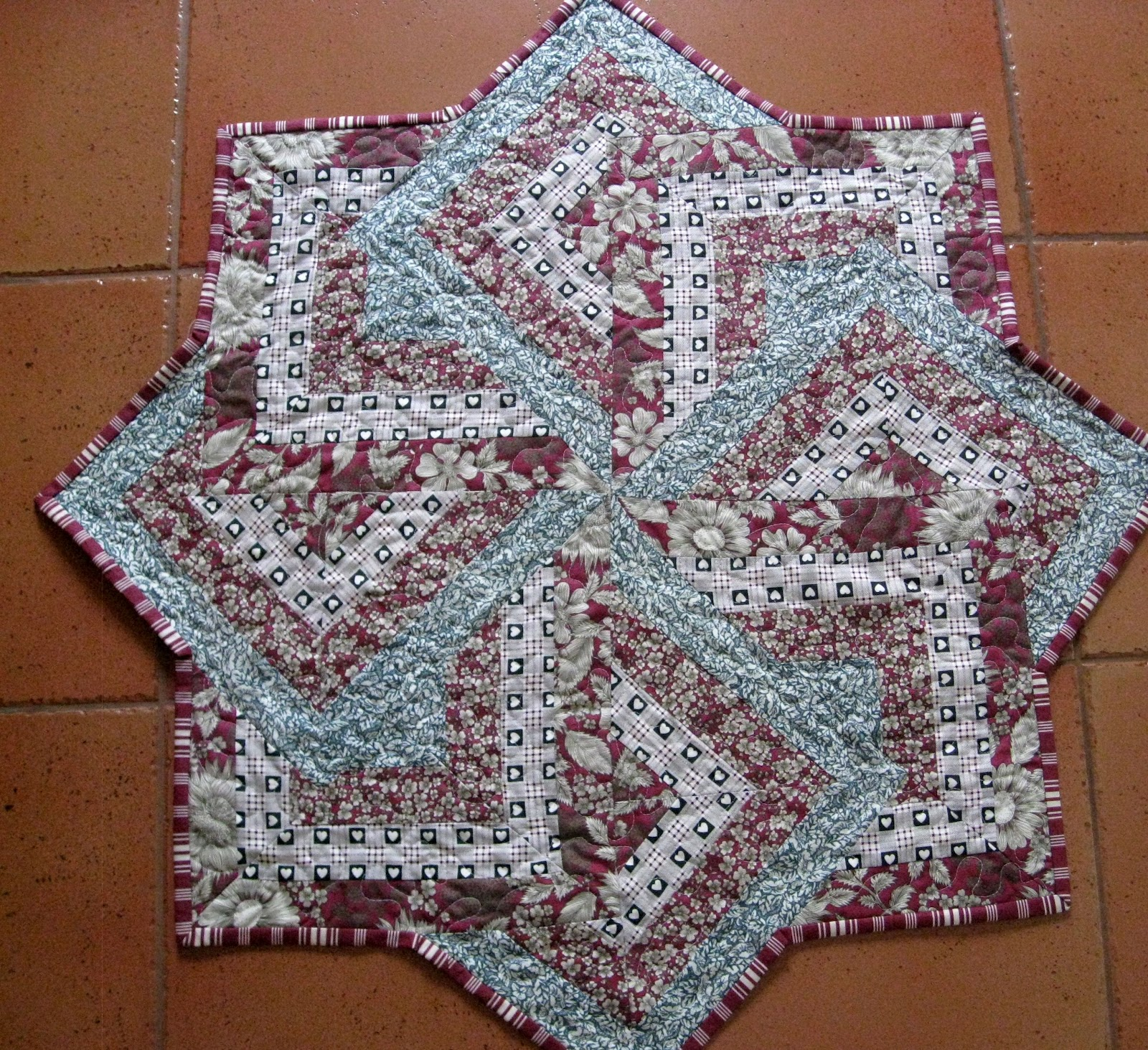 Vicki\'s Fabric Creations: Swirly Star-Card Trick Table Topper-Tutorial