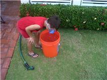 Eduardo Faisel  buceando en un cubo de agua