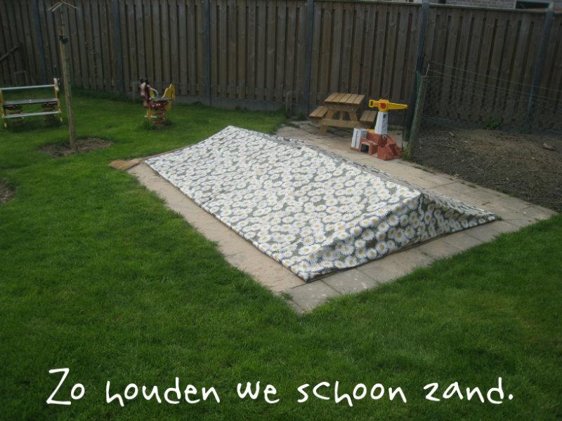 Zandbak deksel, gemaakt van tafelzeil: zo houden we schoon zand