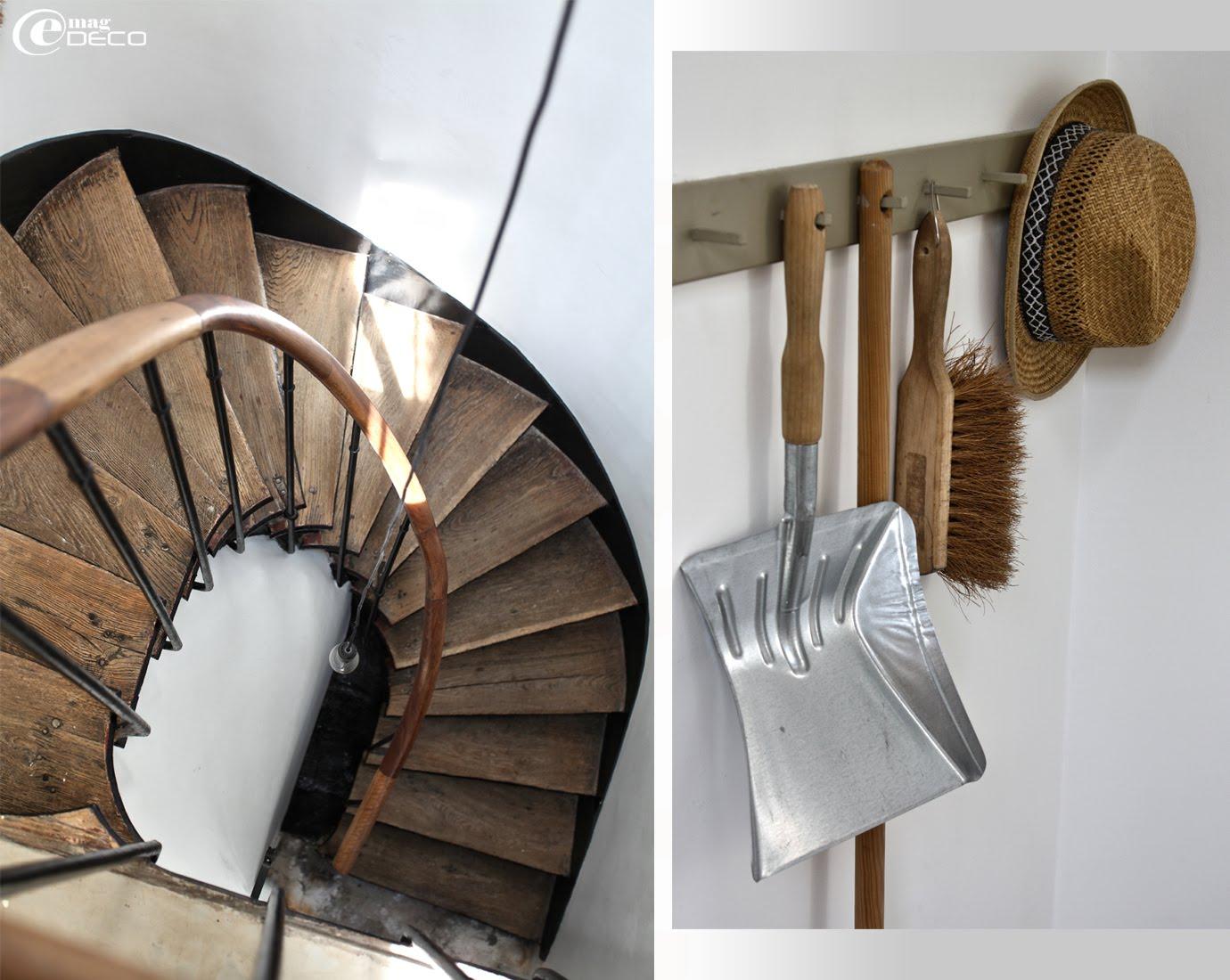 Une simple ampoule au bout d'un long fil électrique pour éclairer un escalier en colimaçon