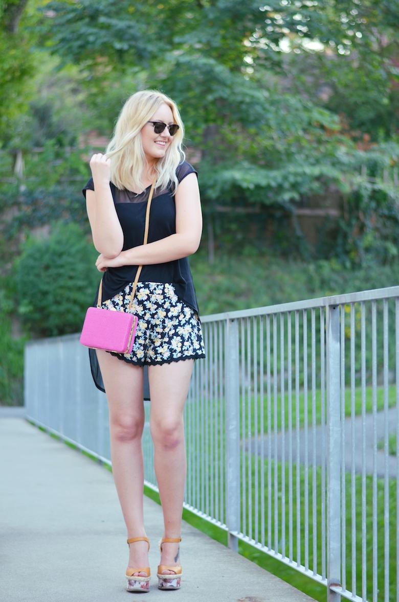 Outfit_Blümchenmuster_Shorts_pinke_kleine_Tasche_Sonnenbrille_High_Low_Shirt_ViktoriaSarina