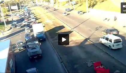 Coppietta fa Sesso per strada in mezzo alle macchine. Guarda il Video