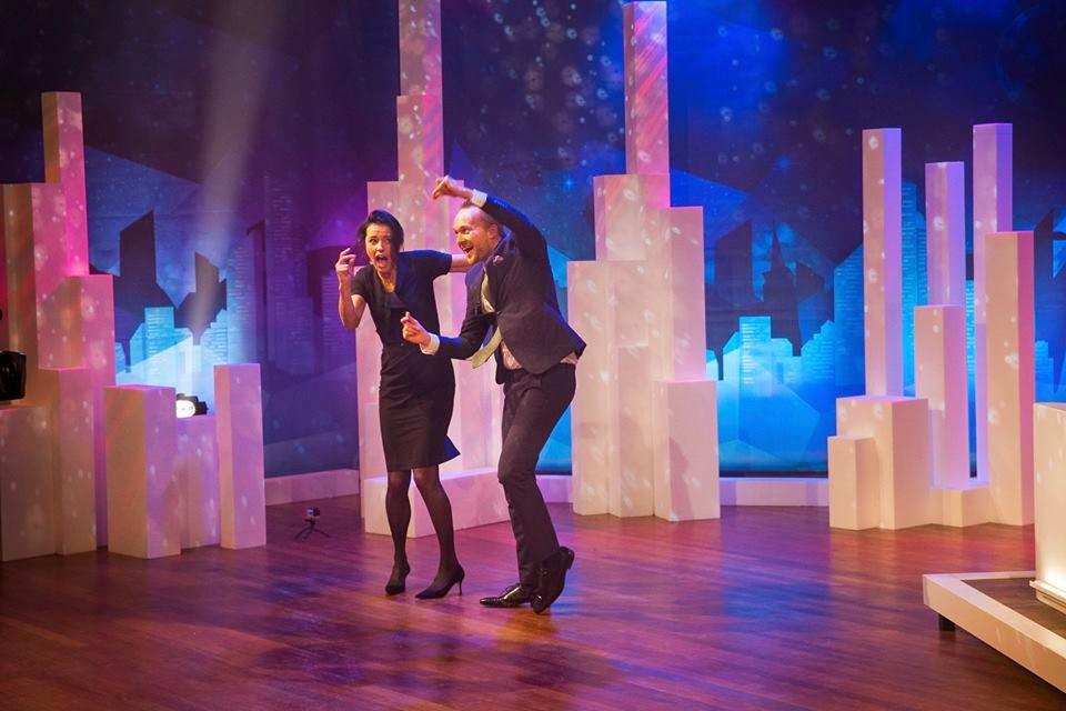 Arjen Lubach doet een dansje bij Zondag met Lubach met Susan Visser