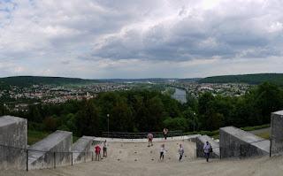 Blick auf Kelheim von der Befreiungshalle auf dem Michelsberg