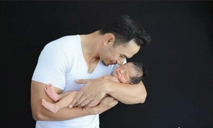 3 GAMBAR PANAS Norman dan Newborn yang tidak berbaju