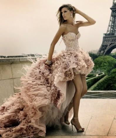 Modelo de vestido mullet com cauda longa com babado - fotos