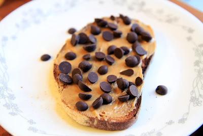 שוקולד צ'יפס וחמאת בוטנים על לחם קלוי
