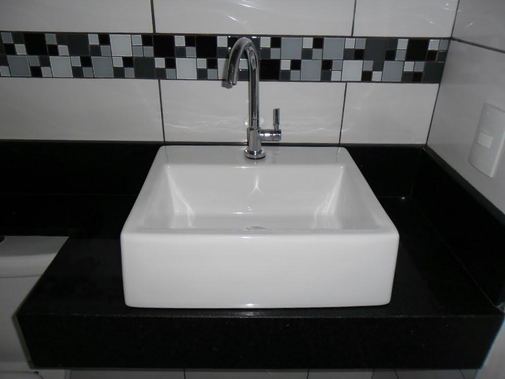 Cuba Quadrada Branca Celite E Bancada Feito De Granito Preto São  #51595C 1024x768