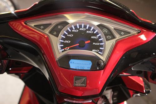 Air Blade 125cc có mặt đồng hồ thể thao với các vạch số nổi 3D