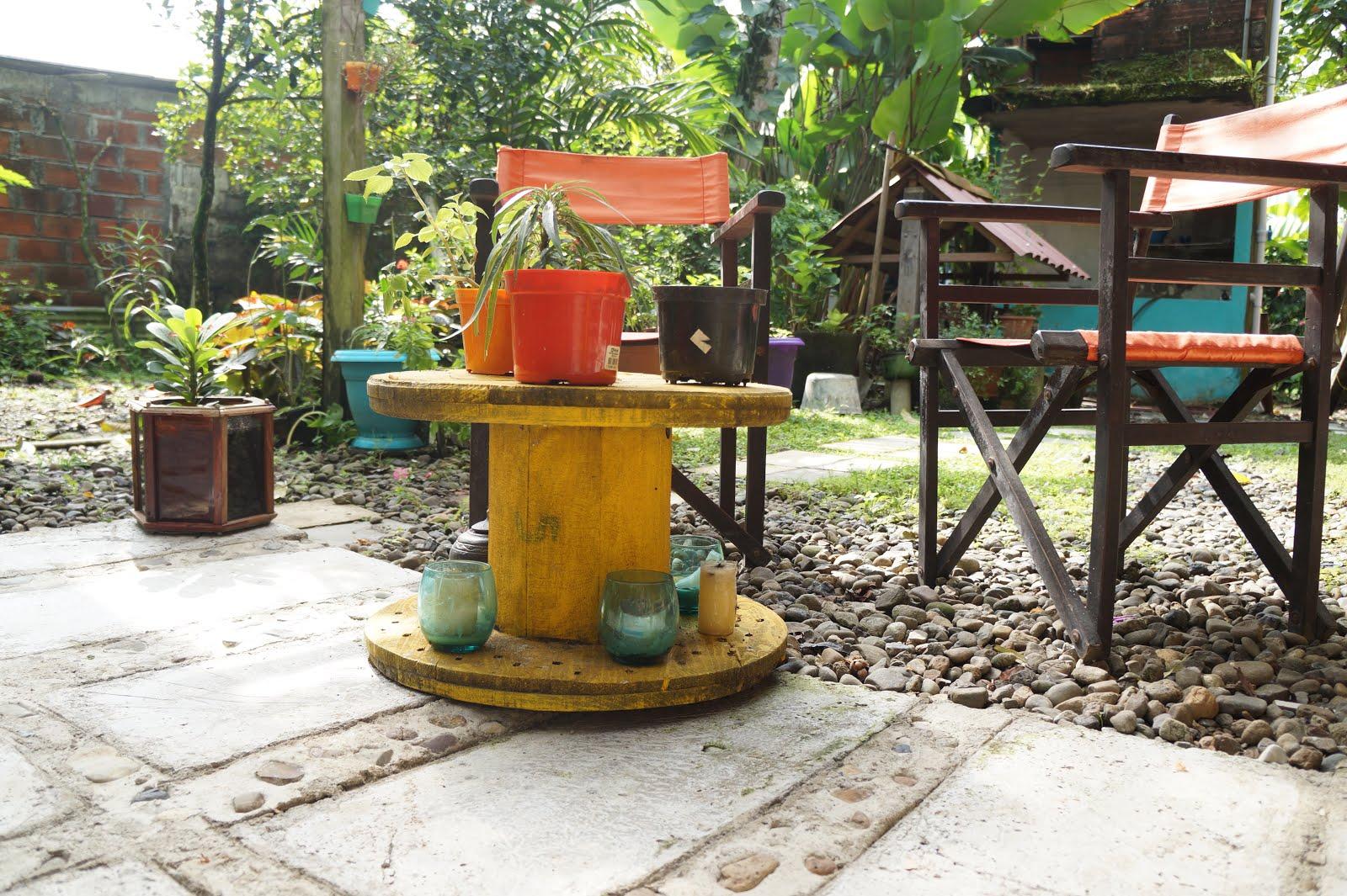 Decoraci n casa rural decorando el patio con material for Materiales para patios exteriores