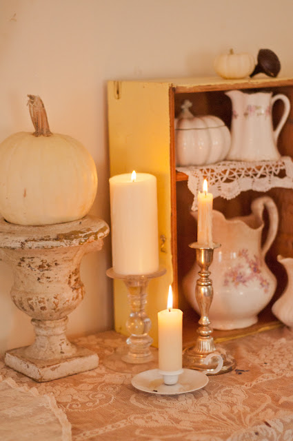 Light & bright Autumn decor www.vintagewhitesblog.com (you can erase this text if you pin, but please don't erase the link. Thank you!) img border=