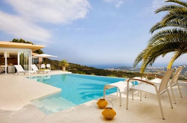terraza con piscina infinita