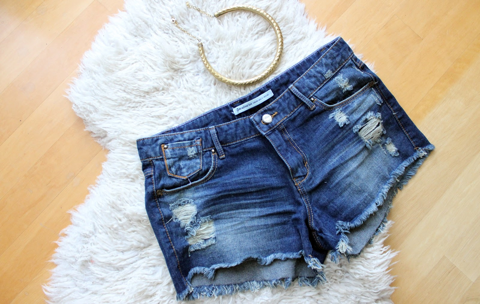 Barcelona shopping haul statement necklace mango shorts denim jeans ripped stradivarius