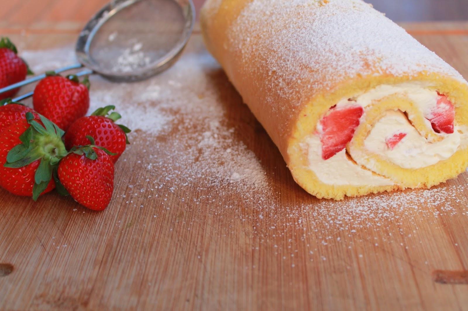 rotolo di biscuit al limone con panna e fragole