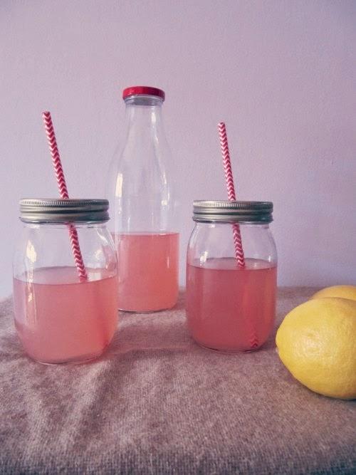 Presentación limonada rosa en tarros con pajitas chevron