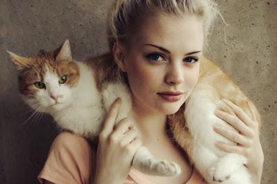 Foto cewek pirang dengan kucing pirangnya